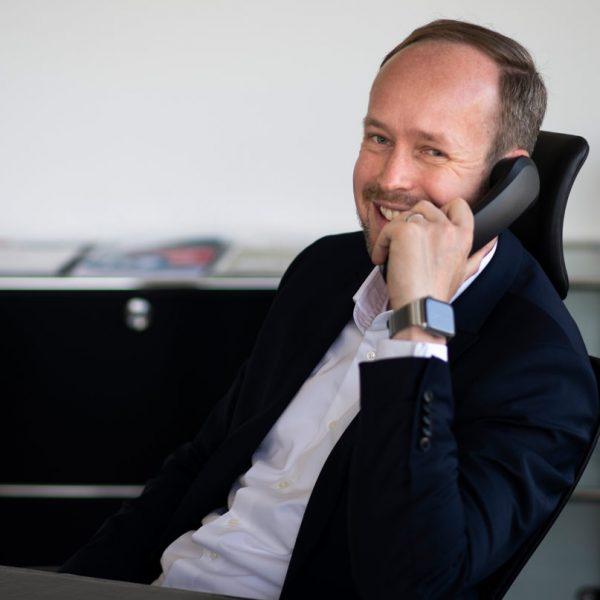 Martin-Wibbe am Telefon