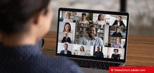 Frau sitzt am Laptop und führt virtuelles Team-Meeting zum Thema IoT ©fizkes | Adobe Stocks 387714404
