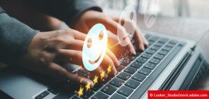 Laptop mit Illustration zum Thema Zufriedenheit im Kundenservice und Feedback