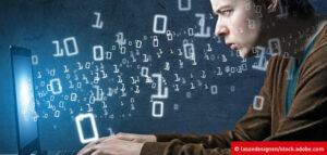 OZG-Entwicklung: Mann arbeitet am Laptop